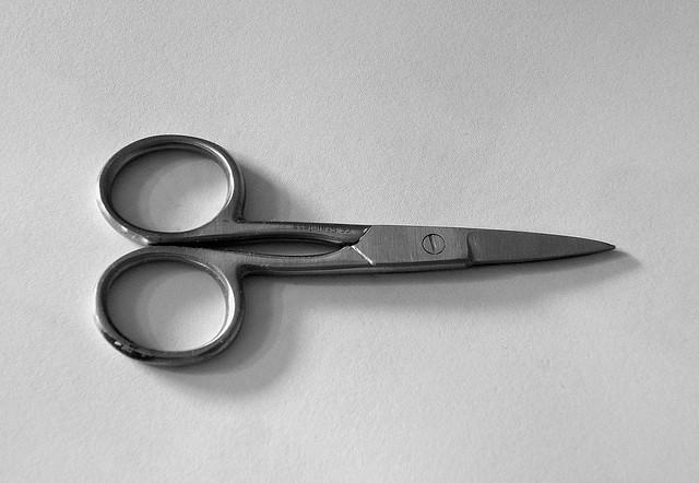 Photographie noir et blanc de ciseaux en métal.