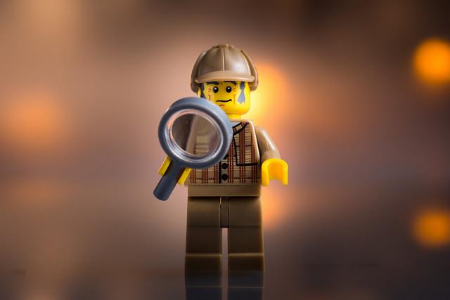 Figurine de Lego en train d'enquêter sur les jeux de loterie.