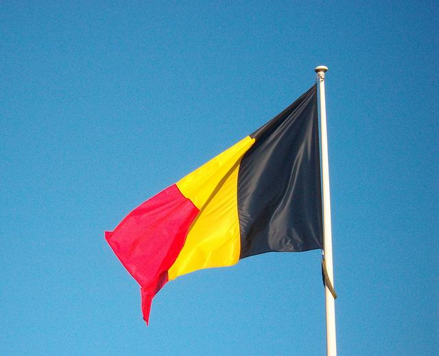 Photographie du drapeau belge.