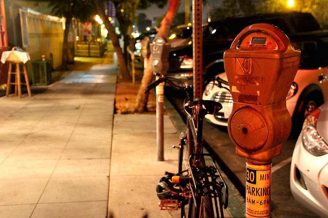 Parcmètre rouge dans une rue