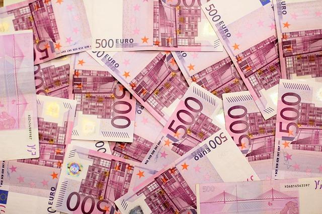 Tas de billets de 500 euros superposés.