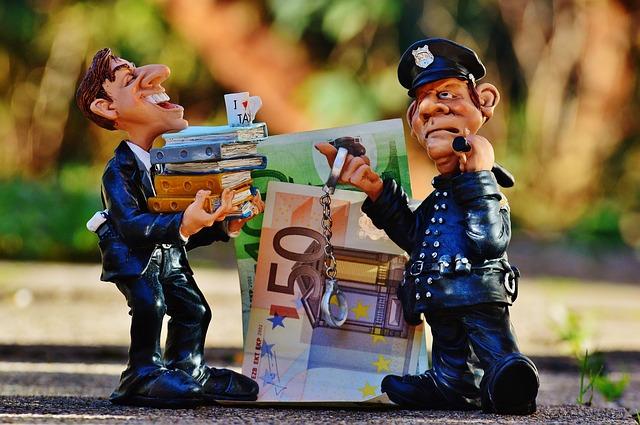 Figurine de policier et de fraudeur