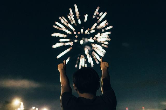 Homme heureux en regardant un feu d'artifice.