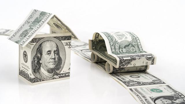Voiture et maison en billets américains