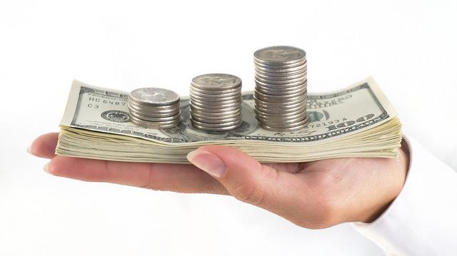 Une main donnant de l'argent