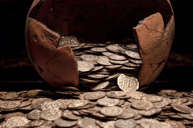 Tire-lire cassée avec pleins de pièces de monnaie