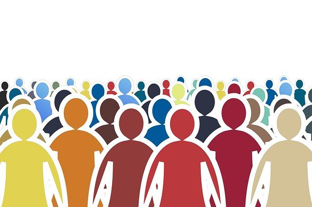 Communauté représentée symboliquement par une foule de silhouettes colorées.