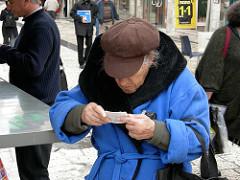 Une personne scrute son ticket de jeu pour vérifier si elle a gagné à l'EuroMillion.