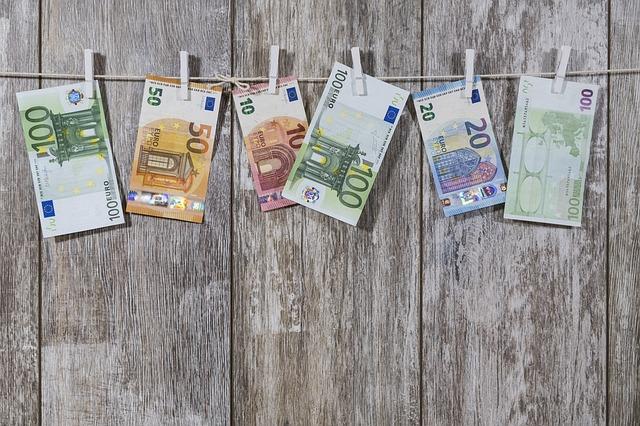 Billets de banque étendu sur un fil à linge.