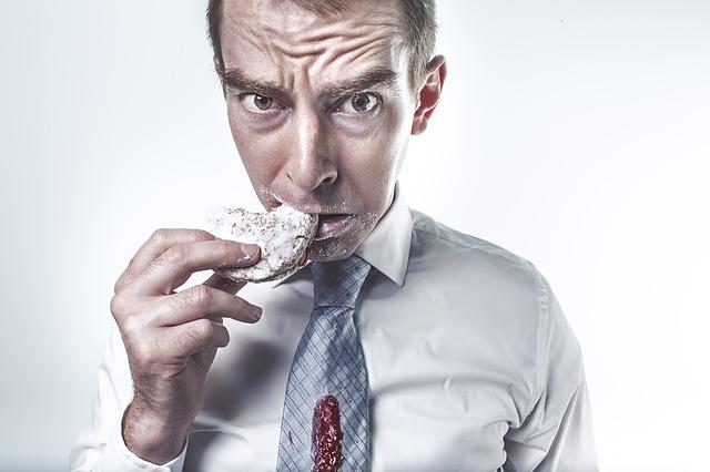 Homme mangeant un gâteau