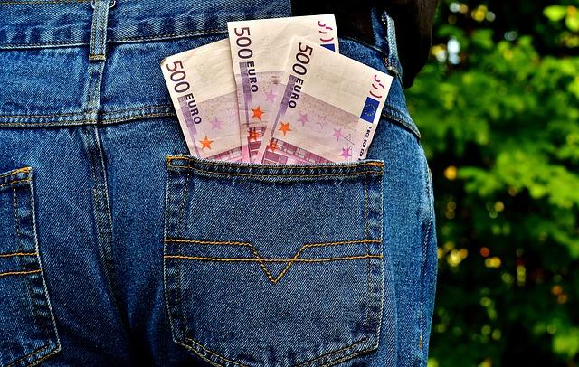 Argent dans la poche arrière d'un jean