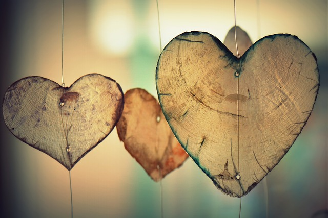Petits cœurs en bois suspendus pour la saint-Valentin