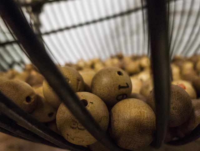 Vieux jeu de loterie avec des boules en bois.