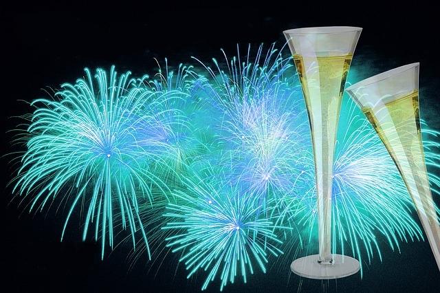 Deux coupes de champagne et des feux d'artifice.