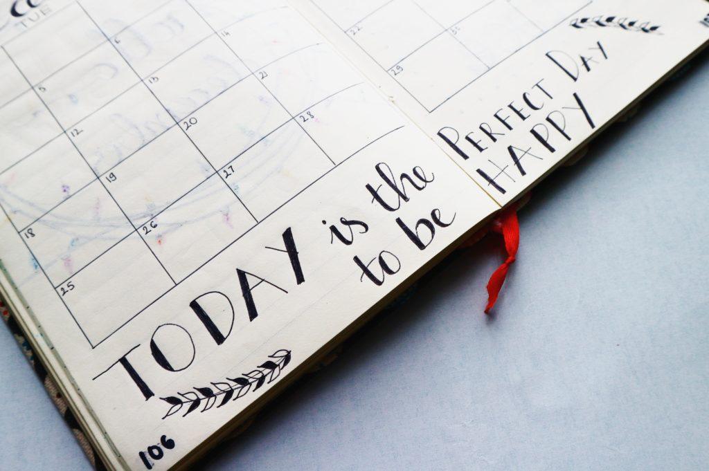 Agenda sur lequel apparaît un calendrier pour les résultats mensuels de l'Euro Millions.