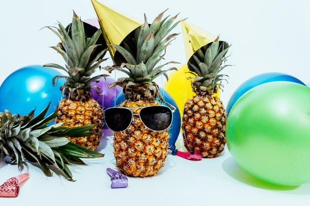 Ballons, chapeaux et décor festif pour célébrer la prochaine Super cagnotte de l'Euro Millions.