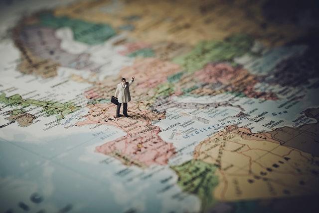 Petite figurine placée sur la France sur une carte des pays du monde.