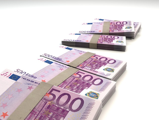 Liasses de billets de cinq cent euros.