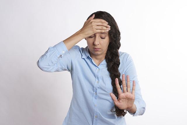 Femme bouleversée après avoir perdu son gain à l'EuroMillions.