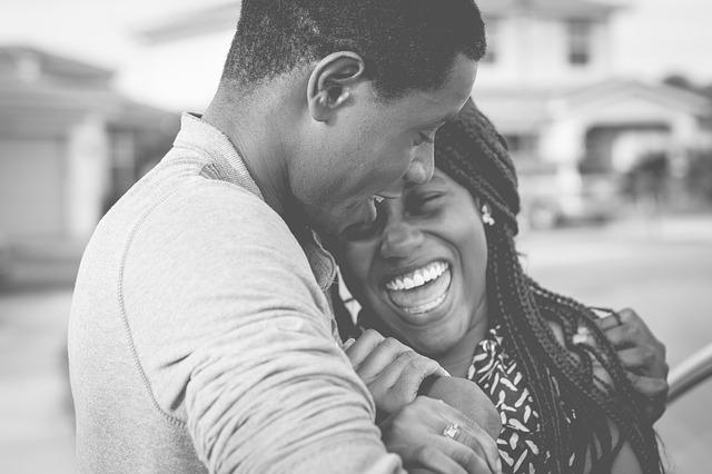 Photographie d'un jeune couple heureux après avoir remporté l'EuroMillions.