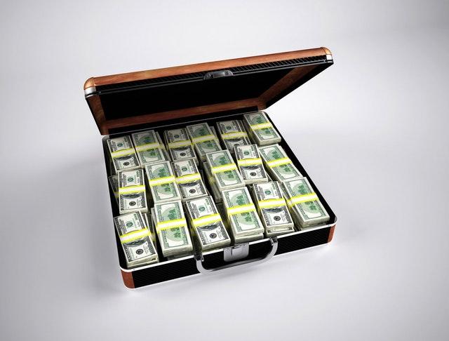 Billets de dollars dans une mallette.