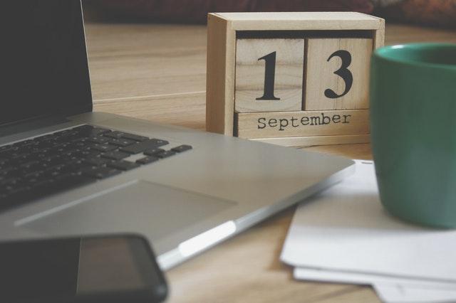 Petits cubes en bois sur lesquels est écrit la date du 13 septembre.