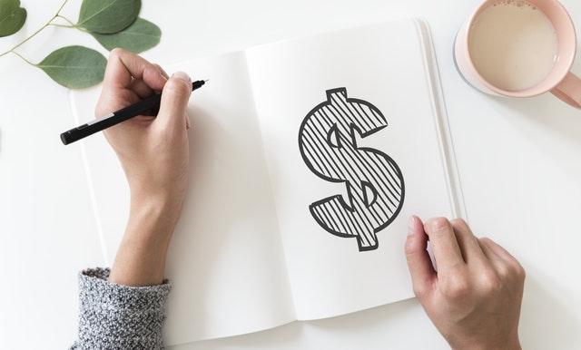 Symbole du dollar dessiné sur un cahier.