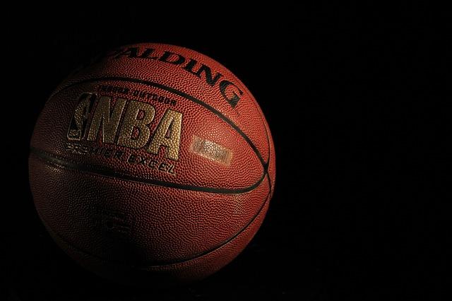 Photographie d'un ballon de basketball de la NBA sponsorisé par la FDJ.