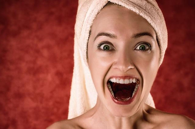 Une femme qui hurle de joie.