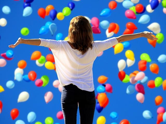 Jeune femme laissant éclater sa joie de gagner à l'EuroMillions.