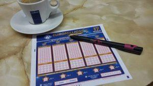 C'est un ticket Euro Millions sur une table de café.
