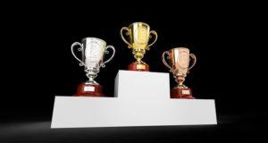 C'est un podium avec des trophées.
